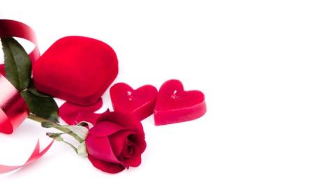 bougie coeur: Rouge rose, bougie coeur, Bo�te rouge et le ruban rouge sur fond blanc Banque d'images