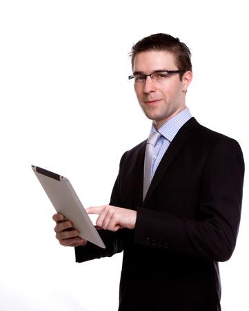 business man laptop: Retrato de joven hombre de negocios usando un dispositivo de pantalla t�ctil contra el fondo blanco