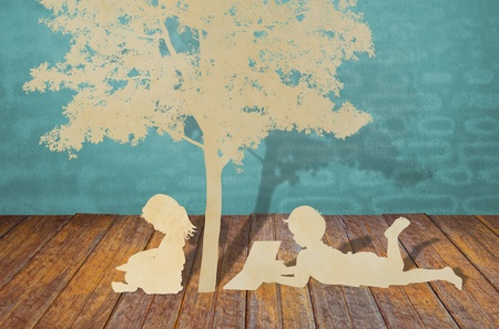 under the tree: Corte del papel de los ni�os a leer un libro bajo el �rbol Foto de archivo