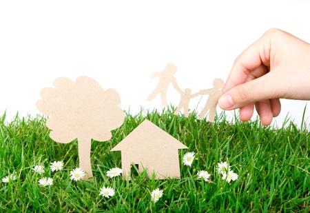 �cologie: Papier d�coup� � la main en attente de la famille sur l'herbe verte de source fra�che Banque d'images