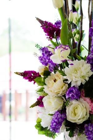 arreglo floral: Decoración de flores artificiales Foto de archivo
