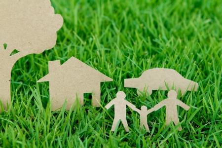 vida natural: Corte del papel de la familia con la casa, un árbol y un coche en la primavera de la hierba verde fresca