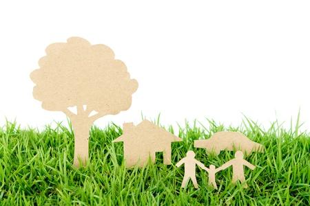Cięcie papieru z rodziny z domu, drzewo i samochód na świeżym wiosennym zielonej trawie