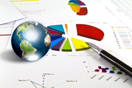 Pluma y gráfico de negocio con la tierra (elementos de esta imagen proporcionada por la NASA)