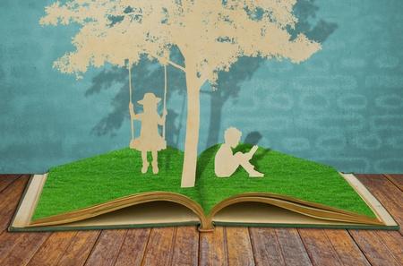 under the tree: Corte del papel de los ni�os a leer un libro y los ni�os en el columpio bajo el �rbol