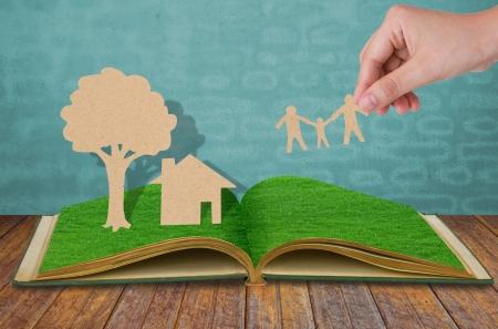 paper cut: Paper Cut van de familie symbool op oud gras boek Stockfoto
