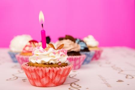 gateau anniversaire: Anniversaire de petits g�teaux Banque d'images