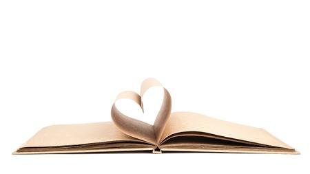 Boek met geopende pagina's van de vorm van hart geïsoleerd op witte achtergrond Stockfoto