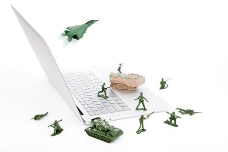 virus informatico: Concepto de seguridad: soldados, tanques, aviones est�n vigilando un ordenador port�til frente a virus, spyware y hackers