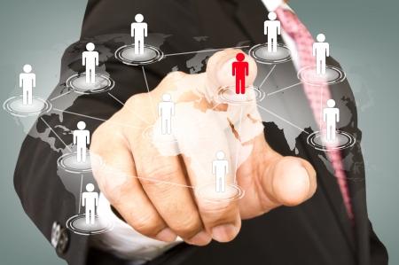 manos unidas: Concepto de red social: punto de la mano a la red social y mapa del mundo