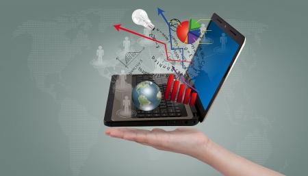 document management: Hand tonen Laptop en financiële grafieken
