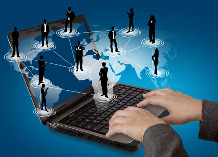 Social networking concept: Laptop z sieci społecznej na mapie świata
