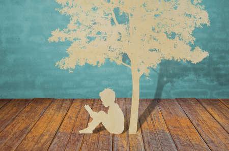 paper craft: Corte del papel de los niños leen un libro bajo el árbol de la bombilla