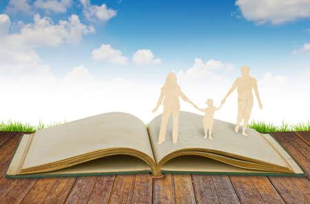 paper cut: Papier gesneden familie symbool op oud boek