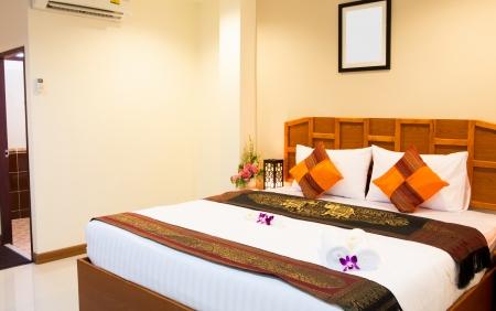 cama: Interior del cuarto moderno hotel confortable