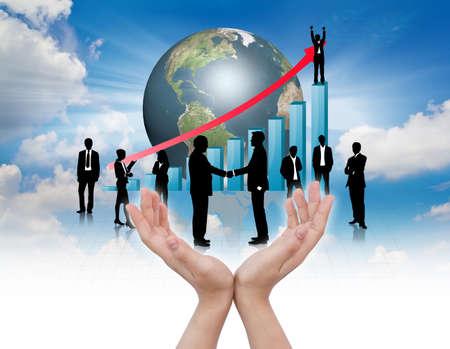 financial leadership: Manos celebrar Siluetas de negocios con el gr�fico azul