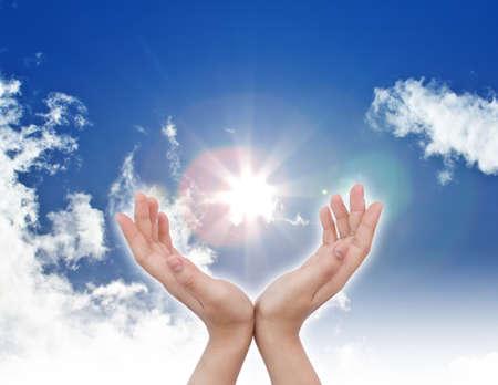 mano de dios: mano sol y el cielo azul con copyspace