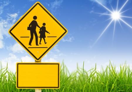 transport scolaire: Panneau de signalisation (panneau d'avertissement �cole) sur l'herbe Banque d'images