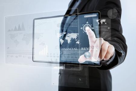 touchscreen: Hombre de negocios que empuja un bot�n en la pantalla digital de vurtual