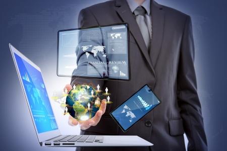 Biznes człowiek z laptopa, telefonu komórkowego, urządzenia z ekranem dotykowym