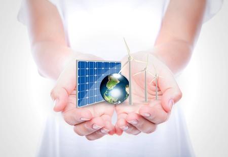 Kobieta ręce trzymać Alternatywne źródła energii (bateria słoneczna, ziemia, wiatr, turbiny) elementy tego obrazu dostarczanego przez NASA Zdjęcie Seryjne