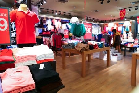 tienda de ropas: Interior de la tienda de ropa Foto de archivo