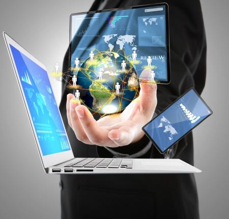 Üzletember, laptop, mobiltelefon, érintőképernyős eszköz (Ennek elemei kép bútorozott NASA)