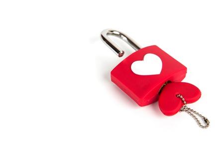 Hart hangslot en sleutel op een witte achtergrond