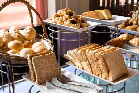 Választék friss péksütemény, asztal, büfé