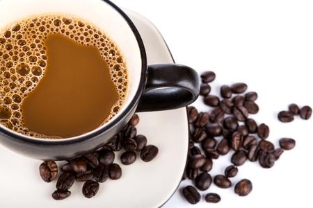 granos de cafe: Taza de caf? y habas en un fondo blanco Foto de archivo