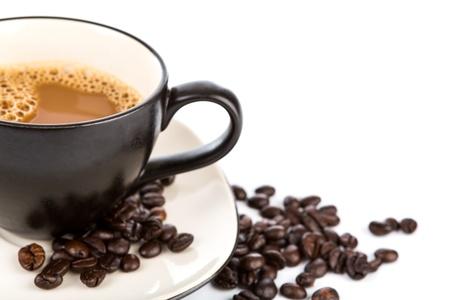 Filiżanka kawy i fasoli na białym tle