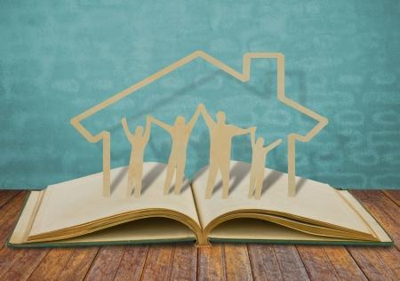 сообщество: Бумаги вырезать семью символ на старые книги Фото со стока