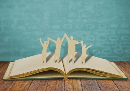 Cut symbol Paper rodzina na starej książki Zdjęcie Seryjne