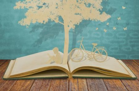 niños caminando: Corte del papel de los ni?os a leer un libro bajo un ?rbol en el libro viejo