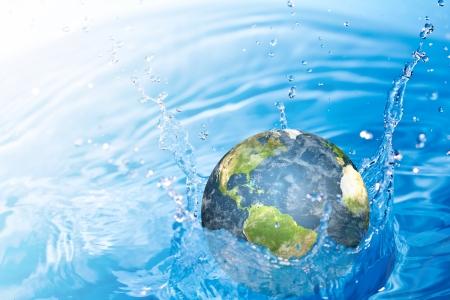 conservacion del agua: Tierra cae en el agua Foto de archivo