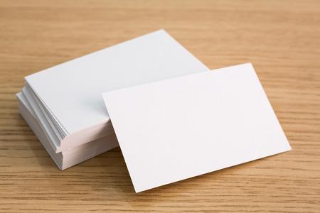 Las tarjetas de visita en la mesa de madera
