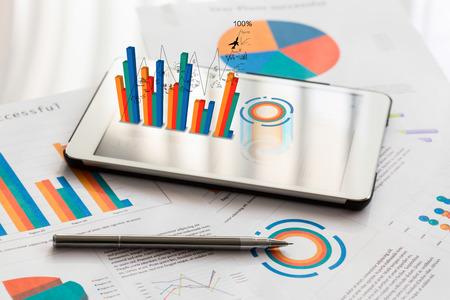 Wykresy finansowych w tabeli z telefonu tabletu i pióra