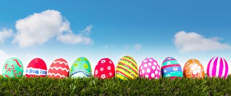 Easter Eggs na świeże zielona trawa nad błękitne niebo