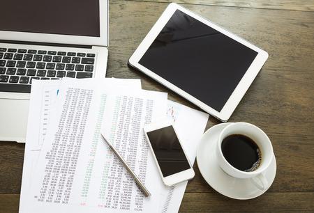 laptop computers: Notebook, tablet, smartphone e tazza di caff� con documenti finanziari su tavola di legno