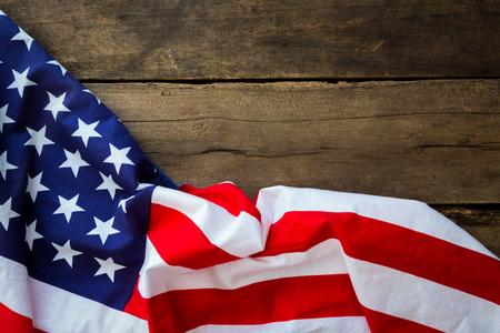 Amerykańska flaga na tle drewna