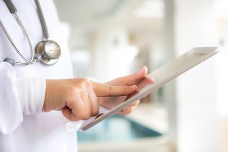 タブレット コンピューターを使用して医師