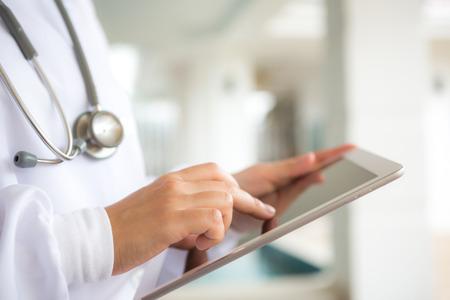 cirujano: Doctora con tablet PC Foto de archivo