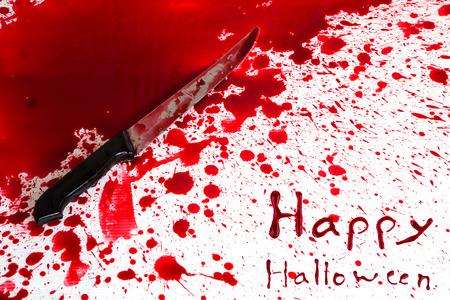 escena del crimen: Concepto de Halloween: Cuchillo sangriento con salpicaduras de sangre