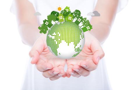 Frau Hände über den Körper halten, umweltfreundliche Erde
