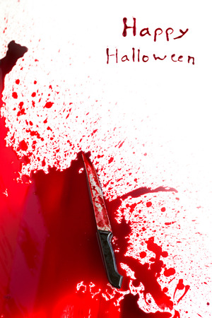 cuchillos: Concepto de Halloween: Cuchillo sangriento con la salpicadura de la sangre