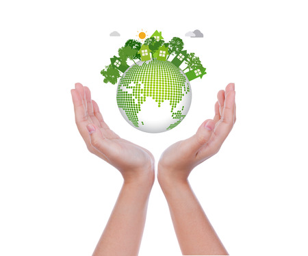 エコ フレンドリーな地球白い背景の上の女性手します。
