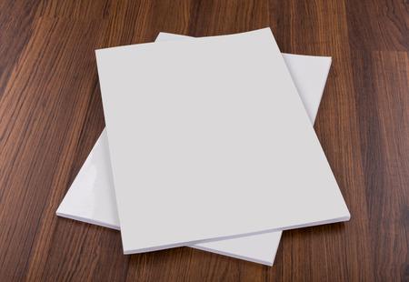 hoja en blanco: Catálogo en blanco, revistas, libros maqueta en madera de fondo