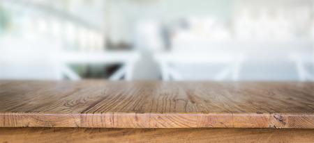 Houten tafel in een restaurant Stockfoto