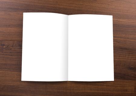 空白のカタログ、パンフレット、ウッドの背景のモックアップ
