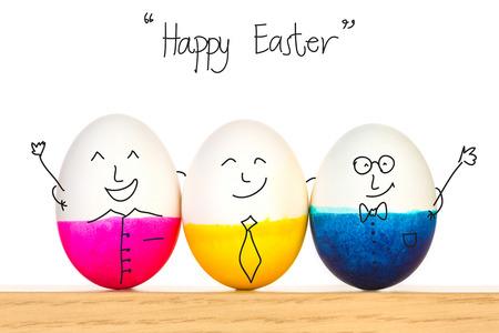 pascuas navide�as: Huevos de Pascua felices en la mesa de madera Foto de archivo